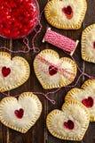 Пироги руки вишни сердца форменные Стоковые Изображения RF