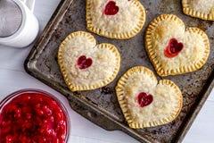 Пироги руки вишни сердца форменные Стоковое Изображение