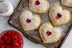 Пироги руки вишни сердца форменные Стоковые Изображения