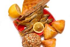Пироги, рыбы и лимон стоковое изображение rf