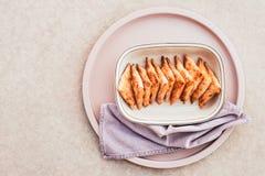 Пироги сыра на розовом подносе стоковое фото