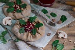 Пироги с грибами, цыпленком, шпинатом, гайками сосны и соусом lingonberry стоковые фотографии rf