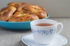 Пироги с капустой и чаем Стоковые Изображения
