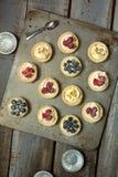 Пироги ягоды на металлической пластине на деревянном столе Стоковые Фото