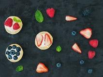 Пироги ягоды и рикотты, листья мяты, клубники, поленики, Стоковое Фото