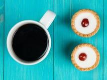 Пироги Bakewell с кружкой черного кофе Стоковая Фотография RF