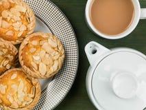 Пироги Bakewell с чайником и кружкой чая Стоковые Изображения RF