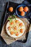 Пирог абрикоса и плавленого сыра покрытый с хлопьями миндалины и крошит Стоковое Фото