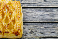Пирог ананаса изолированный на деревянной предпосылке Стоковое Фото