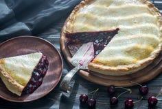 Пирог вишни на деревянной предпосылке Стоковые Фото