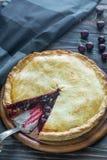 Пирог вишни на деревянной предпосылке Стоковые Изображения RF