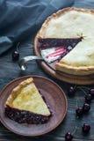 Пирог вишни на деревянной предпосылке Стоковая Фотография