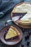 Пирог вишни на деревянной предпосылке Стоковые Изображения