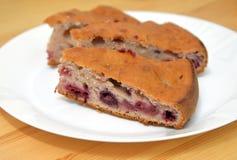 Пирог вишни на плите Стоковая Фотография