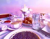 Пирог голубики расположенный на праздничной таблице в ресторане still стоковые изображения rf