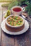 Пирог груши домодельного праздника рождества или Нового Года украшенный в деревенском стиле Концепция праздничных десертов Стоковое Изображение