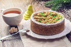 Пирог груши домодельного праздника рождества или Нового Года украшенный в деревенском стиле Концепция праздничных десертов Стоковые Изображения