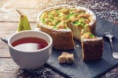 Пирог груши домодельного праздника рождества или Нового Года украшенный в деревенском стиле Концепция праздничных десертов Стоковое Фото