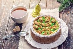 Пирог груши домодельного праздника рождества или Нового Года украшенный в деревенском стиле Концепция праздничных десертов Стоковые Изображения RF