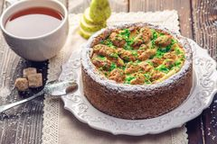 Пирог груши домодельного праздника рождества или Нового Года украшенный в деревенском стиле Концепция праздничных десертов Стоковая Фотография
