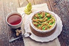 Пирог груши домодельного праздника рождества или Нового Года украшенный в деревенском стиле Концепция праздничных десертов Стоковое Изображение RF