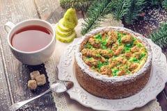 Пирог груши домодельного праздника рождества или Нового Года украшенный в деревенском стиле Концепция праздничных десертов Стоковые Фото