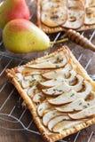 Пирог груши печенья слойки с козий сыром, розмариновым маслом и медом, vert стоковые фото