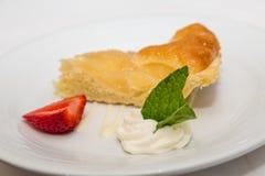 Пирог груши с лист клубники и мяты Стоковая Фотография RF