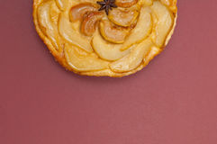 Пирог груши яблока Tarte Tatin изолированный на предпосылке красного вина Стоковое фото RF