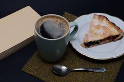 Пирог завтрака вкусные и чашка coffe Стоковое Фото