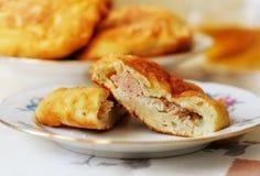 Пирог заполненный с мясом внутрь Стоковое Изображение