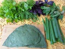 Пирог диких растений с грибами, крапивами тестом и рецептами овощей стоковое изображение rf
