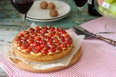 Пирог, пирог или чизкейк с творогом и томатами, служили с красным вином на деревянной предпосылке стоковое изображение rf