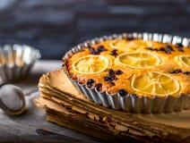 Пирог лимона на блюде металла Стоковое фото RF