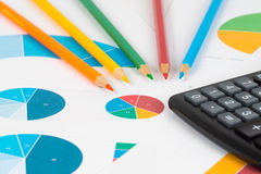 Пирог и диаграммы в виде вертикальных полос с карандашами и калькулятором 3 Стоковая Фотография