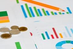 Пирог и диаграммы в виде вертикальных полос с монетками Стоковые Фотографии RF