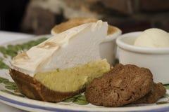 Пирог и печенье меренги лимона на плите стоковая фотография rf