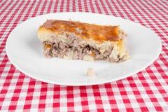 Пирог картошки на белой плите Стоковая Фотография