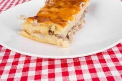 Пирог картошки на белой плите Стоковое Фото