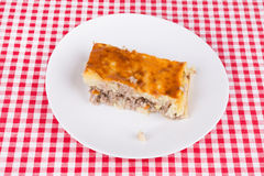 Пирог картошки на белой плите Стоковые Фотографии RF