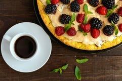 Пирог (кислый) с свежими ежевиками и полениками, меренгой воздуха, декоративной мятой и чашкой кофе стоковое изображение