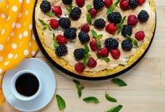 Пирог (кислый) с свежими ежевиками и полениками, меренгой воздуха, декоративной мятой и чашкой кофе стоковые фотографии rf