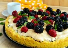 Пирог (кислый) с свежими ежевиками и полениками, меренгой воздуха, декоративной мятой стоковое фото rf