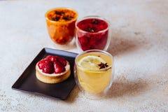 Пирог клубники, который служат с травяными чаями и плодами стоковое фото rf