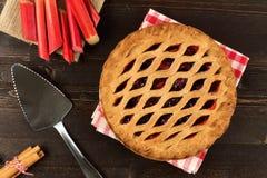Пирог клубники и ревеня на темной деревянной предпосылке Стоковое Изображение RF