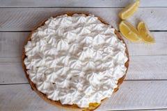 Пирог лимона с белой сливк на таблице стоковая фотография rf