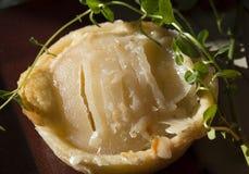 Пирог миндалины груши десерта праздника с коркой масла на плите Стоковое Изображение RF