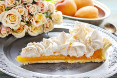 Пирог персика с отбензиниванием меренги Стоковое Фото