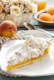 Пирог персика с отбензиниванием меренги Стоковые Фото