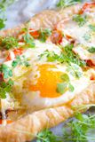 Пирог печенья слойки с яичком и беконом Стоковая Фотография